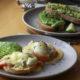 huevos benedictine con salmón y aguacate